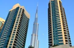Burj Khalifa dnia widok z nowożytnym budynkiem wokoło obrazy stock