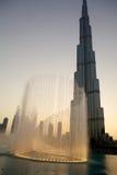 Burj Khalifa en Fontein   Stock Afbeelding