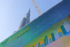 Burj Khalifa hinter enormem digitalem Schirm in Dubai, die Welt hoch Stockfotos