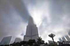 Burj Khalifa jest rzadkimi chmurami Zdjęcia Stock