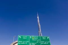 Burj Khalifa med riktningsblå himmel för tecken och för frikänd i Dubai fotografering för bildbyråer