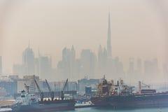 Burj Khalifa och den Dubai horisonten i en gulaktig ogenomskinlighet Royaltyfri Bild
