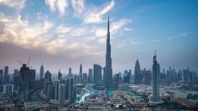 Burj Khalifa och den Dubai springbrunnen mot solnedgångTime-schackningsperioden lagerför längd i fot räknatvideoen stock video