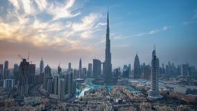 Burj Khalifa och den Dubai springbrunnen mot solnedgångTime-schackningsperioden lagerför längd i fot räknatvideoen lager videofilmer
