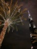 Burj Khalifa och tänd palmträd Royaltyfria Bilder