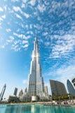 Burj Khalifa que desaparece en cielo azul en Dubai, UAE Fotografía de archivo