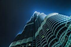 Burj Khalifa que desaparece en el cielo nocturno Foto de archivo