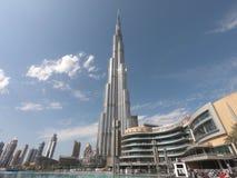 Burj Khalifa sikt underifrån i dagen Tid - världens mest högväxta struktur i Dubai UAE med en sikt av den Dubai gallerian - värld arkivfoto