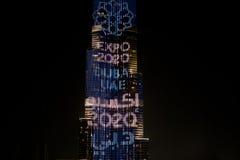 Burj Khalifa som är upplyst för expon 2020 Fotografering för Bildbyråer