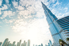 Burj Khalifa som försvinner i blå himmel i Dubai, UAE Royaltyfri Bild