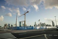 Burj Khalifa und Kräne Stockfoto