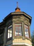 Burjatien, schönes Schnitzen auf den Fenstern und unter dem Dach eines alten Hauses Ulan-Ude Stockbild