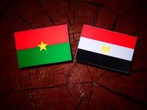 Burkina Faso flaga z egipcjanin flaga na drzewnym fiszorku Obrazy Stock
