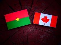 Burkina Faso flaga z kanadyjczyk flaga na drzewnym fiszorku odizolowywającym fotografia stock
