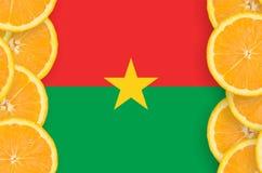Burkina Faso flagga i vertikal ram för citrusfruktskivor royaltyfri bild