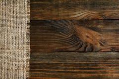 Burlap που συνορεύεται με το παλαιό ξύλινο υπόβαθρο Στοκ Φωτογραφία