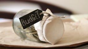burlap προϋπολογισμών οδηγημένος τρύπα σάκος έννοιας νομισμάτων που ανατρέπεται φιλμ μικρού μήκους