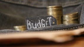 burlap προϋπολογισμών οδηγημένος τρύπα σάκος έννοιας νομισμάτων που ανατρέπεται απόθεμα βίντεο