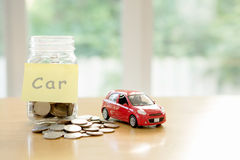 burlap προϋπολογισμών οδηγημένος τρύπα σάκος έννοιας νομισμάτων που ανατρέπεται Αποταμίευση χρημάτων αυτοκινήτων σε ένα γυαλί Στοκ φωτογραφίες με δικαίωμα ελεύθερης χρήσης