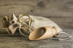 Burlap σάκος και ξύλινη σέσουλα Στοκ φωτογραφία με δικαίωμα ελεύθερης χρήσης