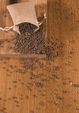 Burlap σάκος με τις φακές που ανατρέπουν έξω έναν ξύλινο πίνακα Στοκ Εικόνες