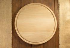 Burlap σάκων και τέμνων πίνακας στο ξύλο στοκ εικόνα με δικαίωμα ελεύθερης χρήσης