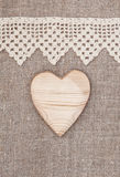 Burlap tło z koronkowym płótnem i drewnianym sercem Obrazy Stock
