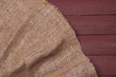 Burlap tekstura na drewnianym stołowym tle Obrazy Royalty Free
