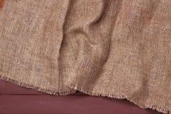 Burlap tekstura na drewnianym stołowym tle Obrazy Stock