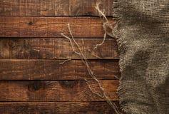 Burlap tekstura na drewnianym stole fotografia royalty free
