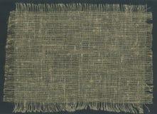 Burlap tkaniny Drzeć krawędzie na ciemnym tle Zdjęcie Stock
