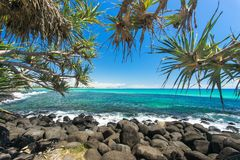 Burleigh głowy patrzeje w kierunku surfingowa raju na złocie na jasnym dniu Suną Fotografia Royalty Free