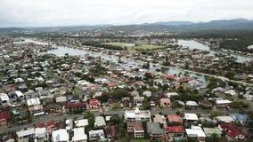Burleigh-Wasser, Queensland-Vogelperspektive von Häusern und von Wasserweise stock video footage