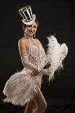 Burlesk dansare i den vita klänningen med fjäderdräkt Royaltyfri Foto