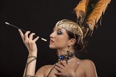 Burlesk dansare i den vita klänningen med guld- Fotografering för Bildbyråer
