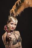 Burlesk dansare i den vita klänningen med guld- Royaltyfria Foton