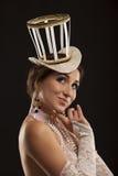 Burlesk dansare i den vita klänningen med hatten Royaltyfri Bild