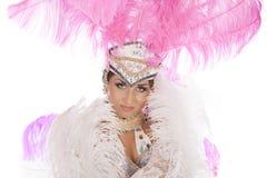 Burlesk dansare i den vita klänningen med rosa fjäderdräkt Arkivbild