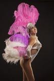 Burlesk dansare i den vita klänningen med rosa fjäderdräkt Arkivfoto