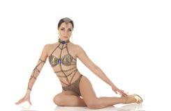 Burlesk dansare i guld- klänning royaltyfri fotografi