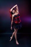 Burleske donkerbruine danser in korte kleding Stock Foto