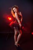 Burlesque Ausführender im kurzen Kleid lizenzfreies stockbild