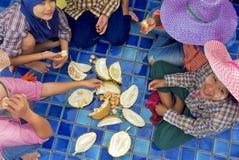 Burmese arbetare som äter durianen Royaltyfri Fotografi
