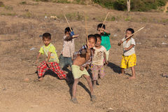Burmese barn spelar nära den buddistiska stupaen Mrauk U, Myanmar Royaltyfria Bilder