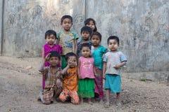 Burmese barn spelar nära den buddistiska stupaen Mrauk U, Myanmar Royaltyfri Foto