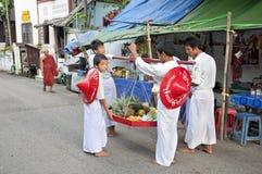 Burmese buddistiska noviser som samlar offerings yangon myanmar Royaltyfria Bilder