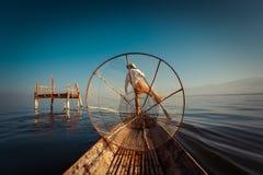 Burmese fiskare som fångar fisken i traditionell väg inlelake myanmar Arkivbild