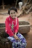 Burmese flicka med danakapaste på framsida Royaltyfri Bild