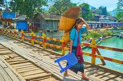 Burmese flicka på bron, Indein, Inle sjö, Myanmar Arkivfoton