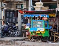 Burmese folk som säljer gatamat Arkivfoto